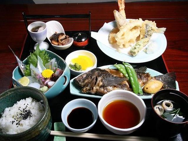 画像: 造り、旬の煮付、他一品、小鉢、ごはん、香の物、吸物。想像よりもずっと豪華な定食。これで2,600円は超お得です!