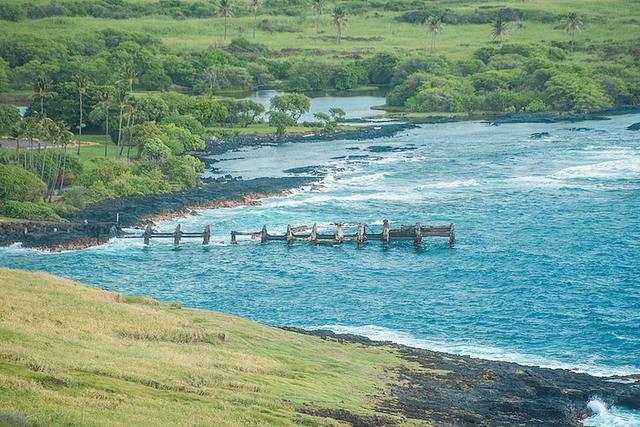 画像: 以前はハワイ島の重要な港だったホヌアポ湾