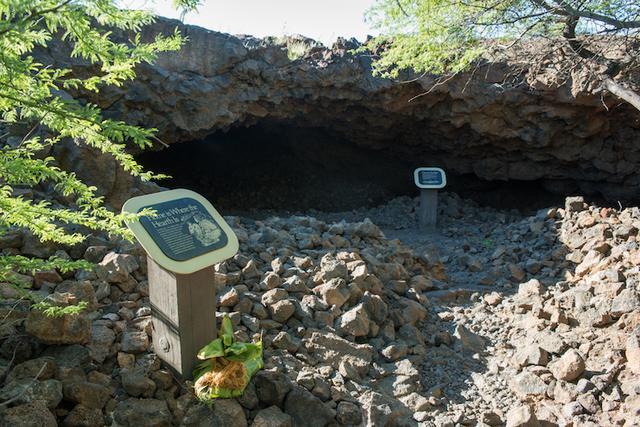 """画像: """"オーラの洞窟""""とも呼ばれる溶岩洞窟の入口"""