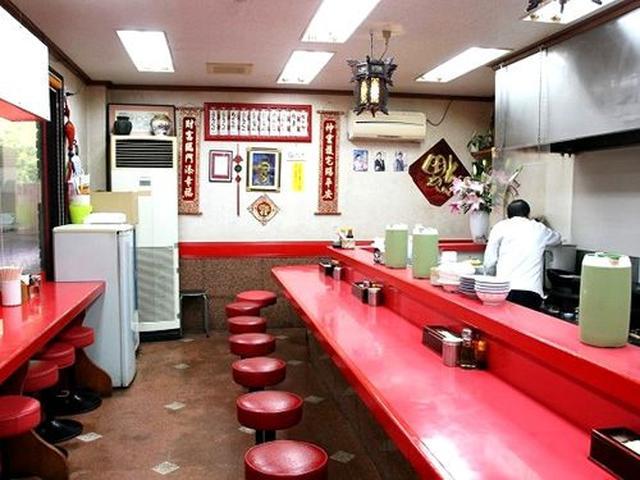 """画像: 店内はL字型のカウンターとテーブル席。赤いカウンターが""""中華""""というか""""ちゃんぽん""""というか、イメージぴったりです。"""