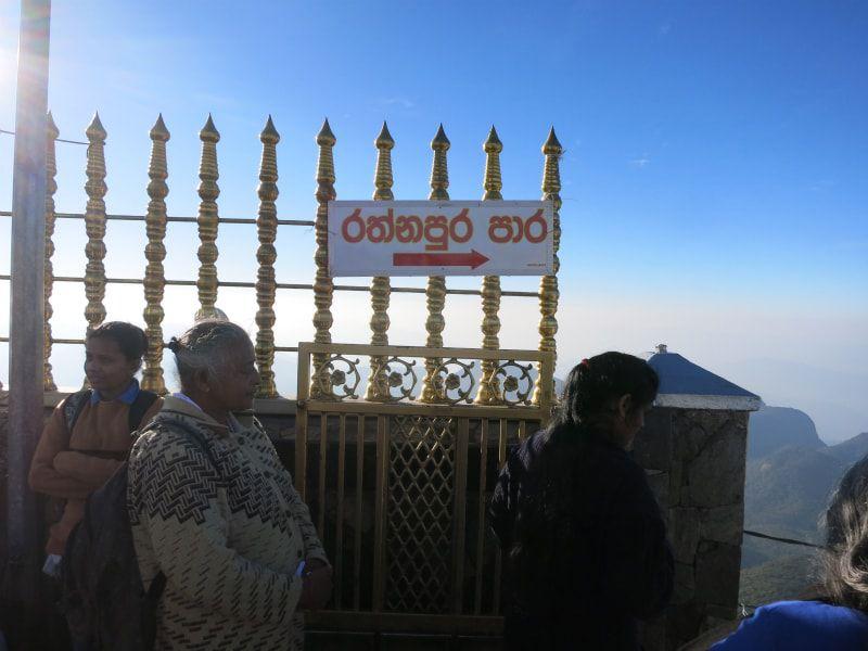 画像: 「ラトゥナプラ・パーラ(ラトゥナプラ道)」と書かれている。ナラタニヤとは反対方面のラトゥナプラに降りていく出口
