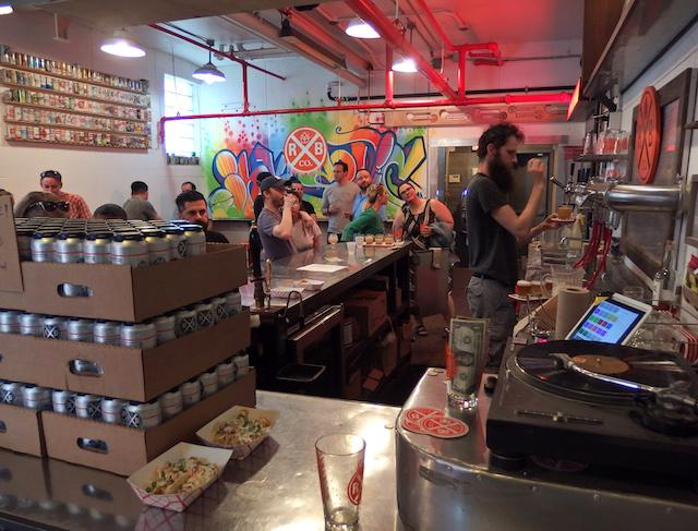 画像: DIY感溢れるタップルームには、早くから地元のビール好きが集まる。みんな適当に過ごしている感じが心地良い