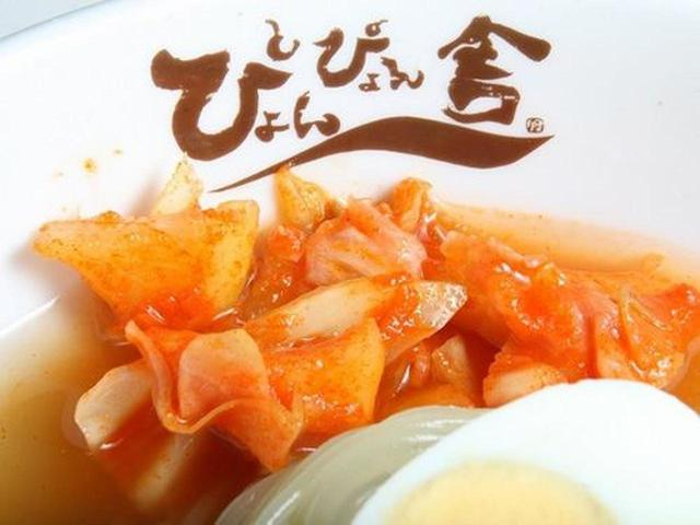 画像: 食べ進むうちにキャベツや大根のキムチの辛味が徐々にスープに辛味を加えていきます。