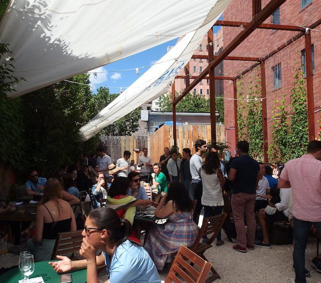 画像: ブルワリー併設のバールームでは、新鮮なビールはもちろん、カクテルメニューも充実している。