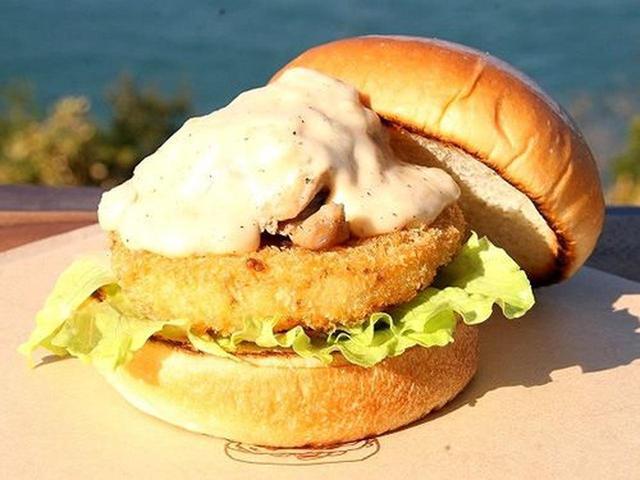 画像: 「あわじ島オニオングラタンバーガー」。淡路島産玉ねぎカツの上に淡路鶏がのっています。