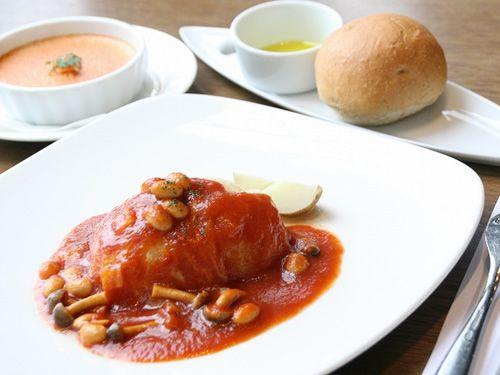 画像: 「ランチセット」。メインは国産牛と豚肉を白菜やキャベツで包んだ一品。LYS特製のソースと一緒に。全粒粉を用いたパンも。