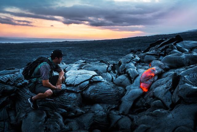画像: トロトロ溶岩を眺めるガイドのステファンさん