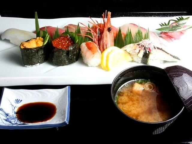 画像: 「おまかせ寿司 菖蒲~しょうぶ~(味噌汁付)」。イカ・マグロ・鯛・ひらすなど。ネタもしゃりも大きめで食べごたえもあります!