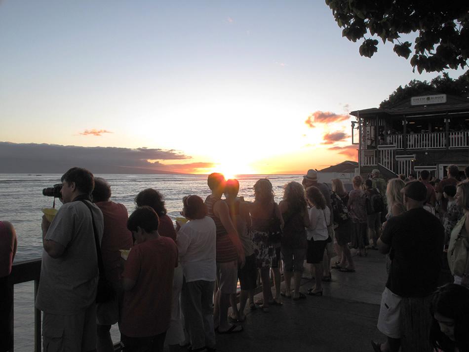画像: 日没時間の、海沿い遊歩道の様子。大勢の人たちと一緒に見つめるサンセットも、悪くありません。