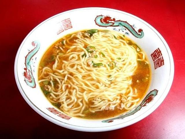 画像: そして屋号を冠した「かどや麺」。やや縮れた麺に、麻婆の如く、とろんとした餡が合わさったスープ。