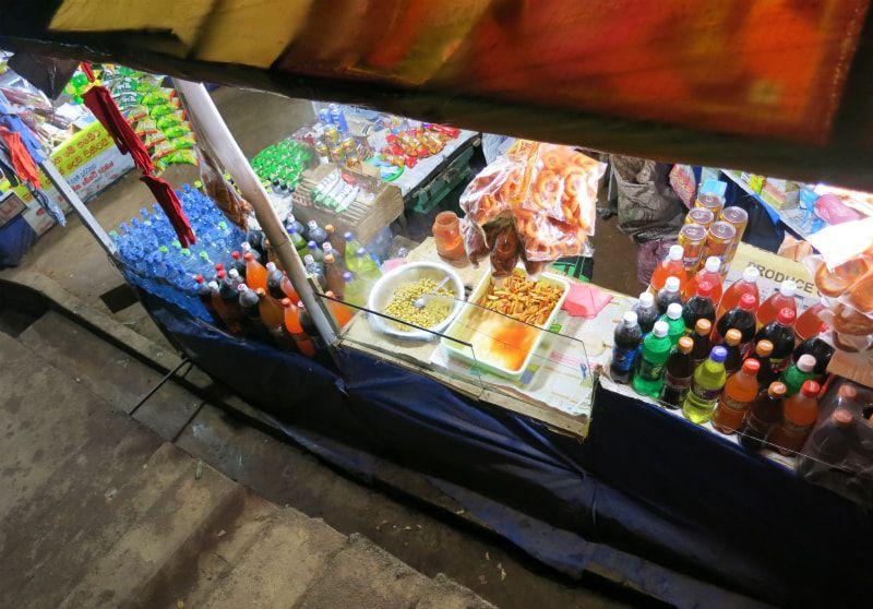 画像: 道中には小さなお店がいくつも立ち並んでいる