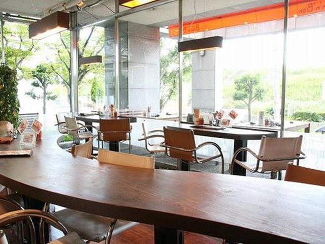 画像: 淀川の土手の緑を眺めながら、料理やカフェ、スイーツなどを味わえる素晴らしき雰囲気。