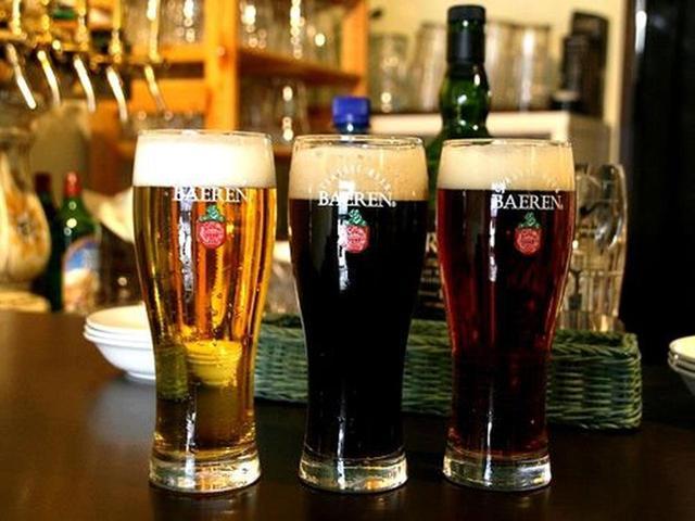 画像: サイズはグラス、ジョッキ、UKパイントなど。グラスにしました。オーダーすると注いでくれて、トップ(クリーミーな泡)が。