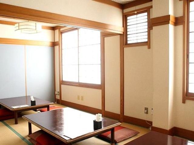 画像: 店内は、入ってすぐのテーブル先の他に、個室も。和室に椅子という部屋もあって、最大25名の宴会もできるそうです。