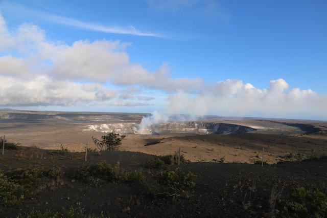 画像: 噴煙を上げるハレマウマウ火口 写真提供:マサシのネイチャースクール