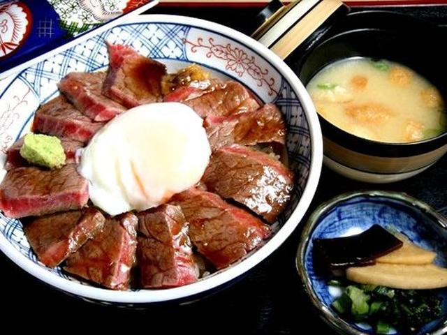 画像: そして「あか牛丼」。あか牛は褐毛和種で、霜降りなどの脂肪分より赤身が多く、健康的というか肉々しい味わい。