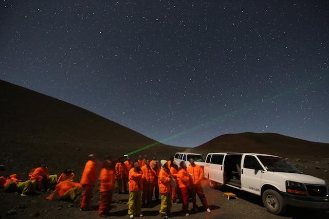 画像: レーザーポインターで星座を解説 写真提供:マサシのネイチャースクール