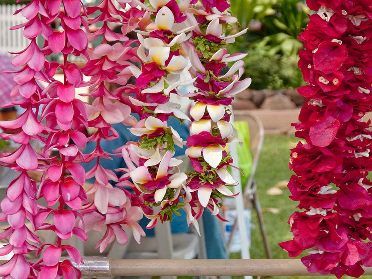 画像: 色の鮮やかさで選ぶのもいいですが、香りで選ぶのもレイの醍醐味です。ピカケ、トゥバローズといった花のレイの濃く甘い香りはじつに個性的