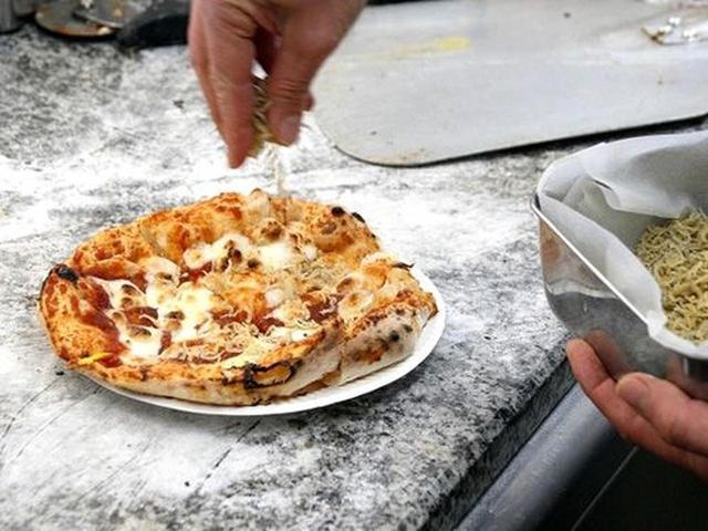 画像: 「淡路島ピザ」。オーダーしてから生地を手で伸ばし始める、いわばナポリ風のピザです。
