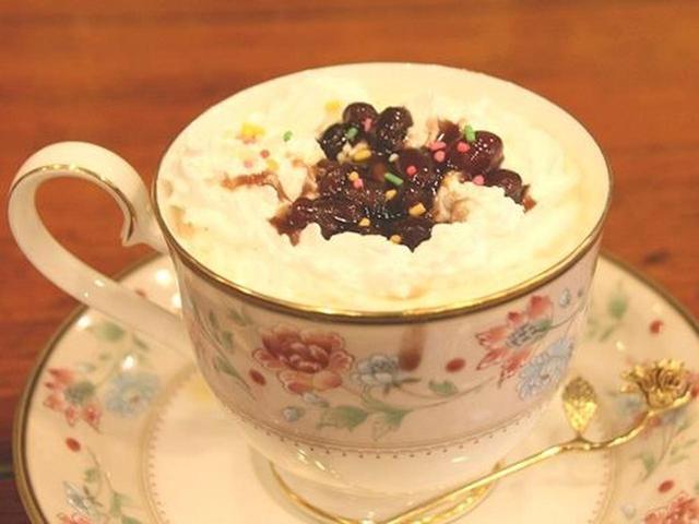 画像: 「コーヒーぜんざい」。クリームと小倉あんが載った、粋な仕上がりです。