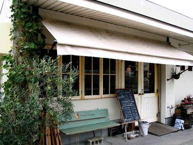画像: 『道の駅 福良』の一画。洒落た店内では、アイスクリームの販売のほか、ちょっとしたカフェもなさっています。