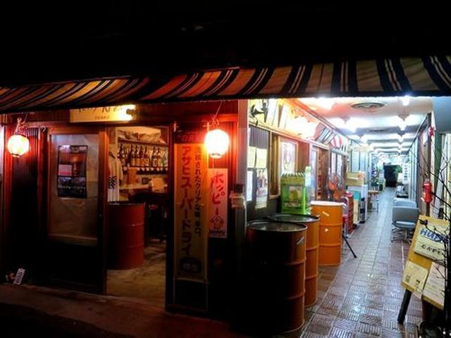 画像: 昭和から続く末広市場の一画。奄美ではとても珍しい立ち呑みスタイルです。