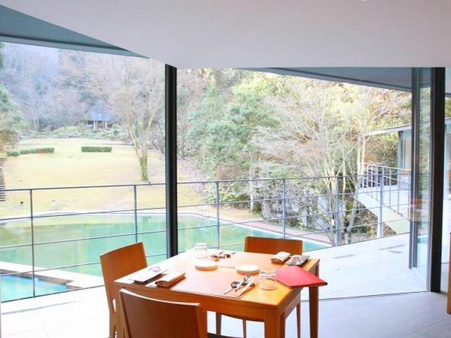 画像: 窓の外にはプール、そして開放感と自然あふれる5万坪の庭園が広がっています。