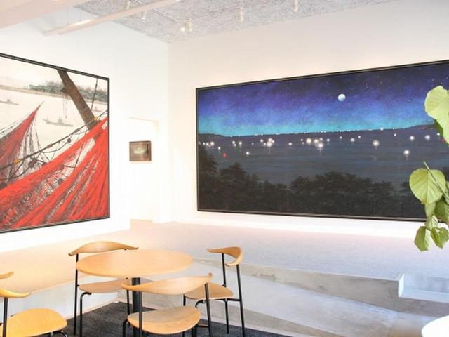 画像: 店内には、素晴らしき風景画が。すべて山田さんの叔父である日本画家の山田毅氏の作品。ギャラリーもあり、世界観に圧倒されます。