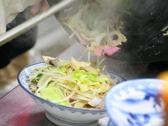 """画像: 中華鍋で肉や海鮮、野菜を焼き炒めています。この""""焼き炒め""""工程があることで、具にも深みが出るわけです。"""