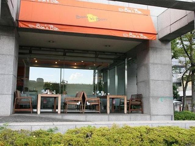 画像: 阪急線十三駅から徒歩数分。淀川沿いに高級マンションの1階にある『ケーキ&カフェダイニング Bon'n'Bon』(ボナボン)。