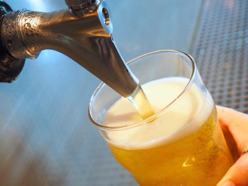 画像: サーバーの上のスクリーンをタッチするとビールの解説が表示される
