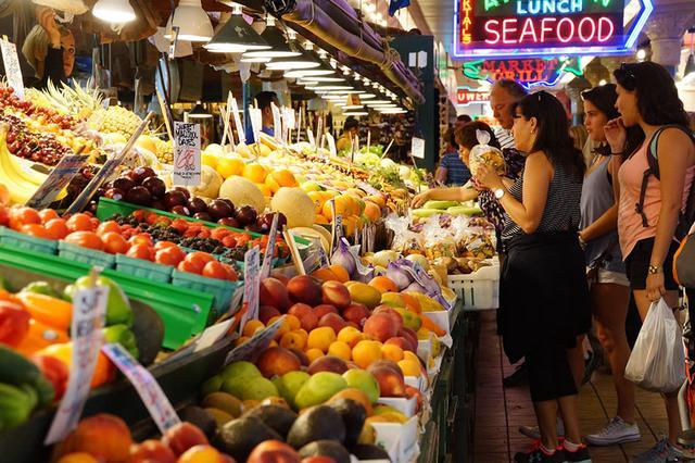 画像: 色とりどりな果物や野菜が店先に並ぶ 写真提供:shutterstock