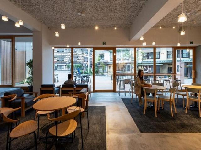 画像: 春にはデッキテラスの桜、夏には涼しい川風、冬にはカフェに設ける薪ストーブの暖かさで国内外の旅行者を迎え入れてくれます。