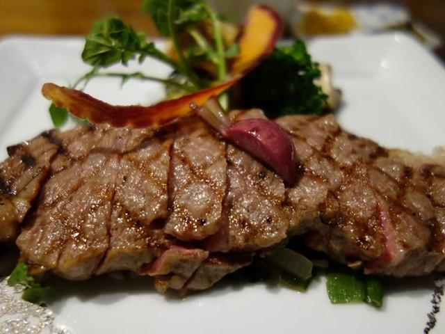 画像: こちらは「但馬牛ステーキ御膳」。ロース、ヘレ、シャトーブリアンとありますが、写真はロースステーキ150g。