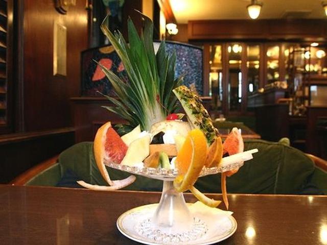 画像: 「森のフルーツアラモード」。わぁ、大きい! しっかり濃厚な手作りプリン、生クリーム、そして季節ごとの様々なフルーツ。