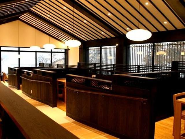 画像: 2階の『cafe KOMON「湖紋」(こもん)』。芦ノ湖と富士山を眺めながら、喫茶はもちろん、食事も楽しめる人気スポットです。