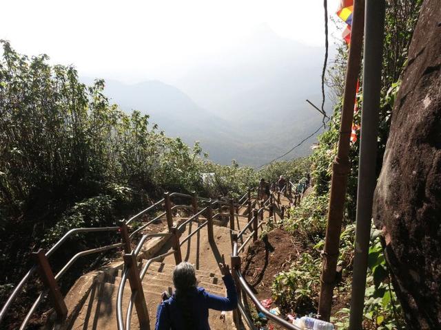 画像: 下山ルートは美しい山々が眼前に広がる