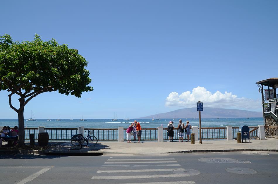 画像: ラハイナ名物、海沿いに伸びる遊歩道。青い海とラナイ島が背景に広がる