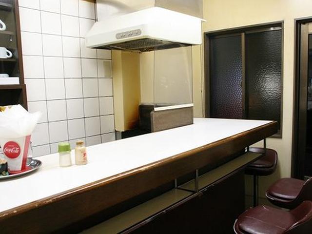 画像: 店内はいたってシンプルです。カウンターのみ。ちょこっと来て、ハンバーガーをいただいて、帰る。またはテイクアウト。