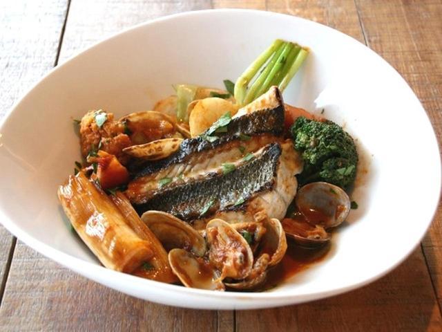 画像: 「旬の鮮魚のプライパン焼き 魚介の濃厚なスープ仕立て」をいただきました。今日の旬の鮮魚は、スズキです。