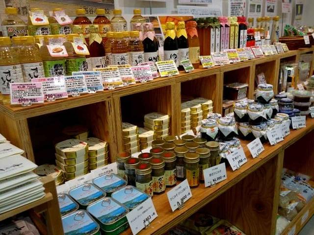 画像: 地元の食材などを徹底的に集め、販売なさっています。その数、数千種類。パッと拝見しただけでもパン、鮮魚、練り物……など!