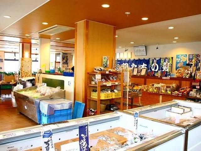画像: 店内には、海産物たちの販売コーナーが!国東半島で採れる、さばやあじなどの干物、車えび、地だこなどが目に飛び込んできます。