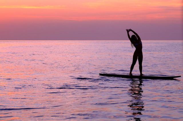 画像2: ハワイに来たならトライしたい。夕日を背に行うサンセットSUPヨガ