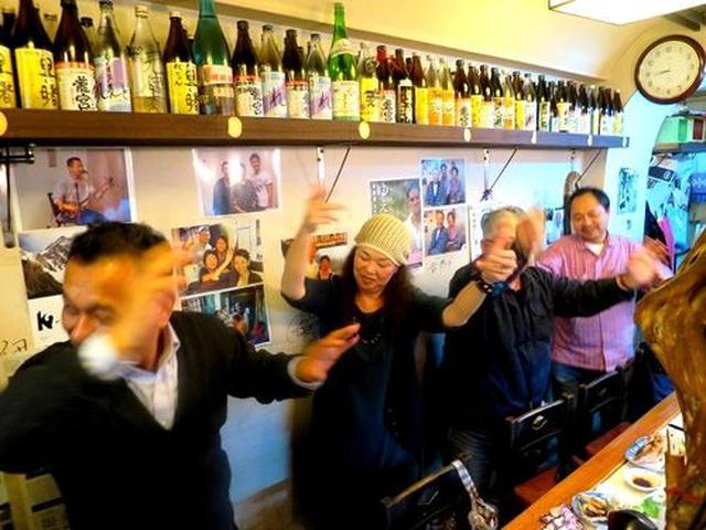 画像: 常連さんが弾く三線の旋律に合わせて和美さんが歌いだし、お客さんも、太鼓片手に演奏者として仲間入り。最後はみんなが一体化!