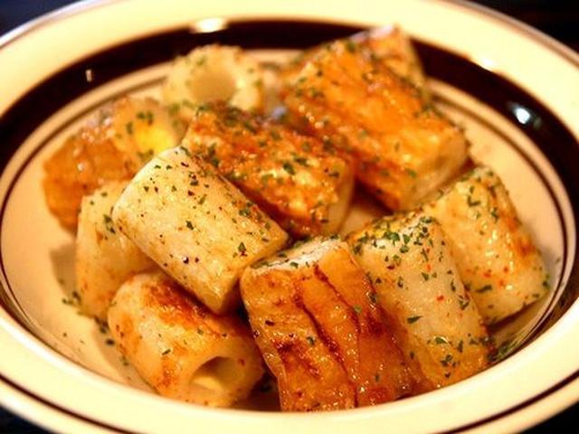画像: 「ちくわマヨ炒め」。美味しいですね。ちくわのなかにマヨネーズを投入して、サッと炒めたもので、一味唐辛子が良いアクセントに!