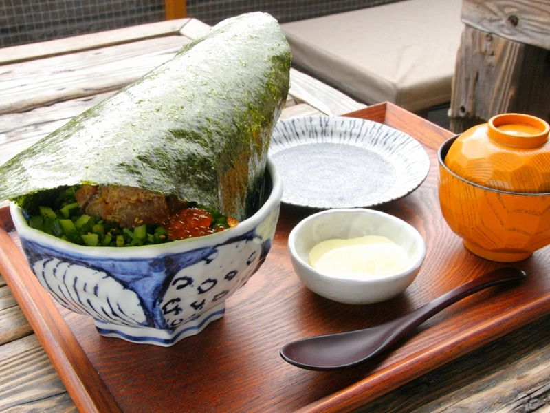 画像: 「小屋のまかない丼」。全国丼連盟の【第一回全国丼グランプリ(2014年)】において、海鮮丼部門で金賞も受賞しています。
