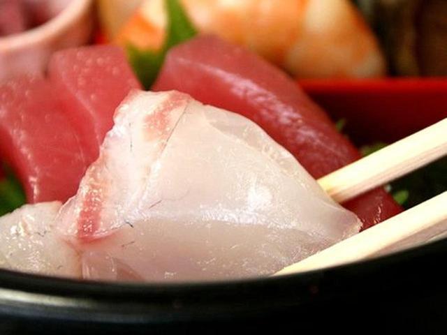 画像: 豪華ですねぇ。まぐろやかんぱち、真鯛など3種類のお刺身が入ります。お刺身は新鮮で、分厚くて、食べごたえもあり。