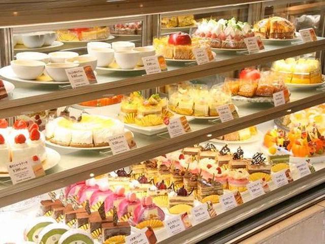 画像: 店内に入れば、生菓子が約30種類、全て合わせると約100種類のスイーツがお出迎え。今や大盛況という言葉がぴったりの人気店。