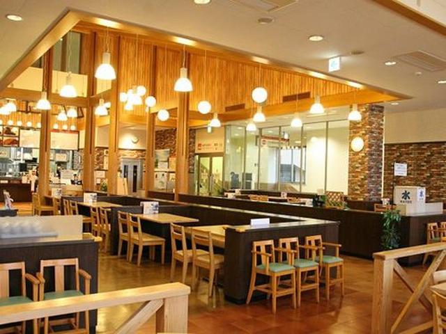 画像: 店内は広々としていますが、それでも繁忙期には満席&たくさんの待ち客となる人気レストラン。