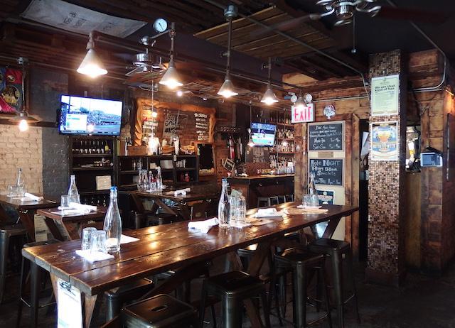 画像: 「メイン・バー」と「カクテル・ラボ」で入り口は2つあるものの、奥の広い空間でつながっている